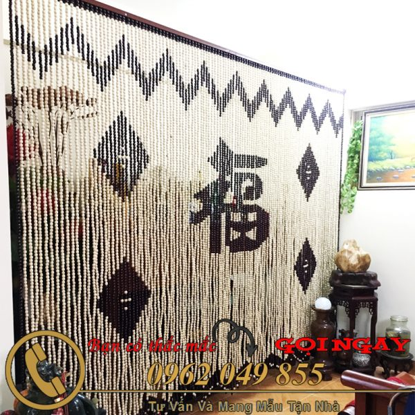 Sử dụng rèm hạt gỗ che gian thờ phòng khách chữ Phúc hán là lựa chọn hợp lý